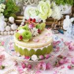 薔薇とトンプソン葡萄のヨーグルトムースケーキ