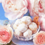 青い空間、胡桃入りのブールドネージュ(別名スノーボールクッキー)、淡い桃色の芍薬と薔薇