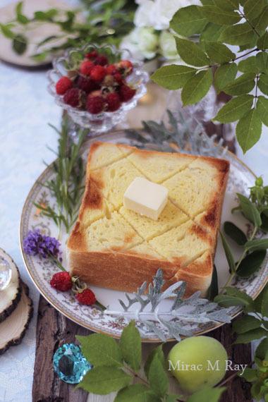 森の緑に囲まれていただく朝食。厚切りのトーストと摘みたてラズベリー