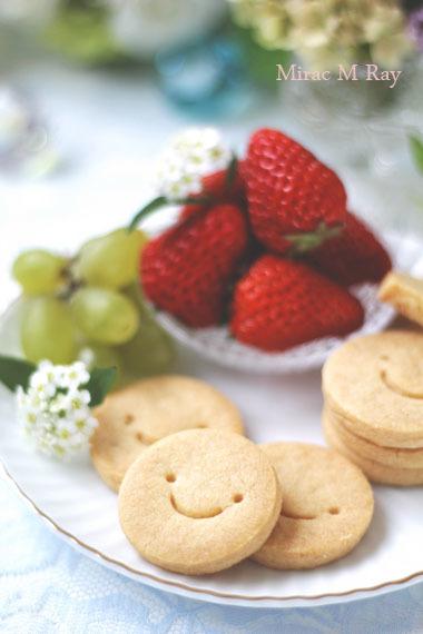 スマイルショートブレッドのおやつプレート。苺と葡萄。
