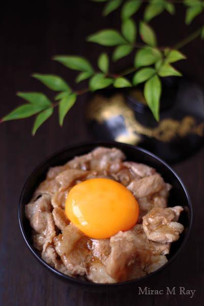 とろり卵黄と醤油ダレの豚玉丼【レシピ】