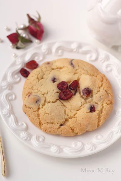 【レシピ】しっとりソフトアメリカンクッキー・甘酸っぱいクランベリー&ホワイトチョコレート。クリームチーズを塗って食す(冷めるとねっちり強め)-