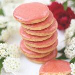 【レシピ】自然な苺のお菓子らしい柔らかな淡紅色。サブレフレーズ(いちごのアイシングクッキー)