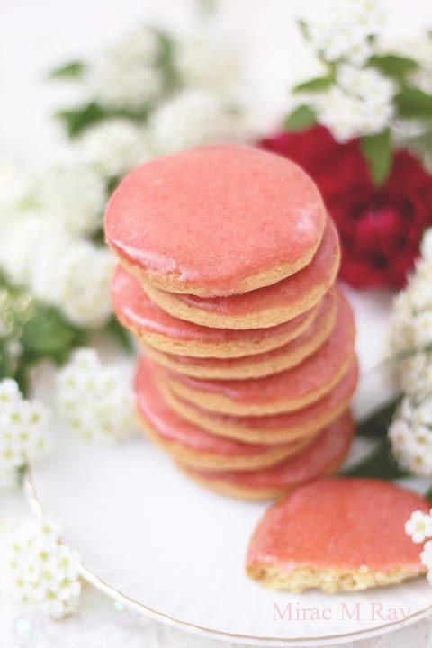 【レシピ】自然な苺のお菓子らしい柔らかな淡紅色サブレフレーズ(いちごのアイシングクッキー)
