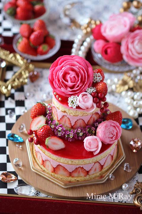 苺に縁取られたフレジエ風ラズベリーチーズムースケーキ 2段ケーキ