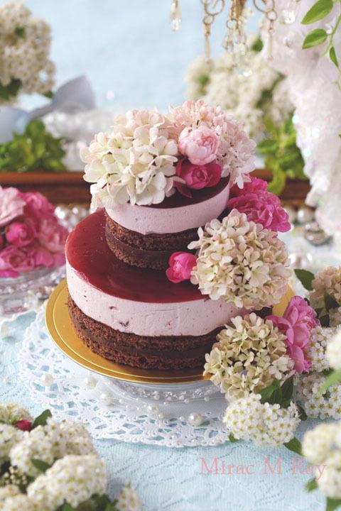 赤と黒のコントラスト。ブラックフォレストケーキ風チェリームースと生チョコレートのケーキ・アントルメ