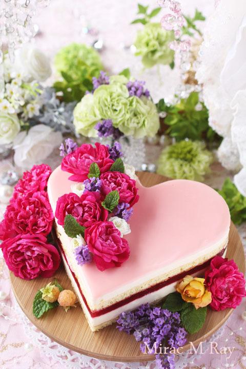 うす薔薇色のハートラズベリー&カスタードババロアのアントルメケーキ